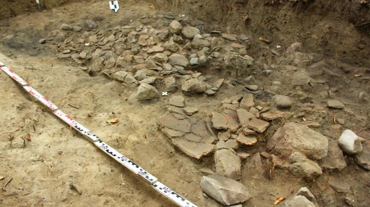 Broken clay vessels in the fortified settlement discovered in 2014 in Stary Folwark. Photo by Dariusz Wach