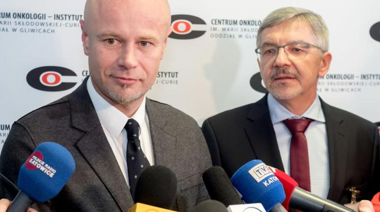 Reconstructive surgeon, Prof. Adam Maciejewski (L) and Dr. Adam Dobrut (P) at a press conference on the allotransplantation, including the gastrointestinal tract, respiratory tract and skin, at the Cancer Center in Gliwice on 31 October. The conference was attended by the patient and Prof. Maciejewski's team. PAP/Andrzej Grygiel 31.10.2017