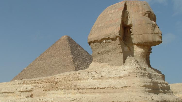 In the foreground the Sphinx, behind it the Pyramid of Cheops. Photo by Szymon Zdziebłowski