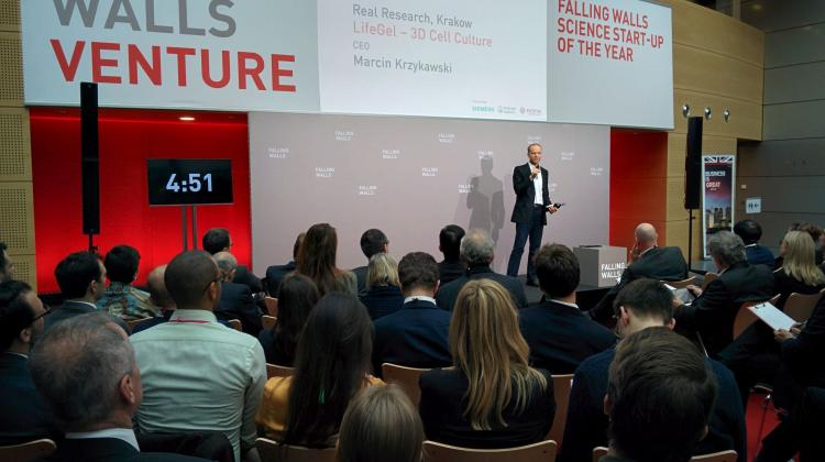Marcin Krzykawski presents hydrogel developed by his start-up at the Falling Walls Venture in Berlin, photo by S. Zdziebłowski.