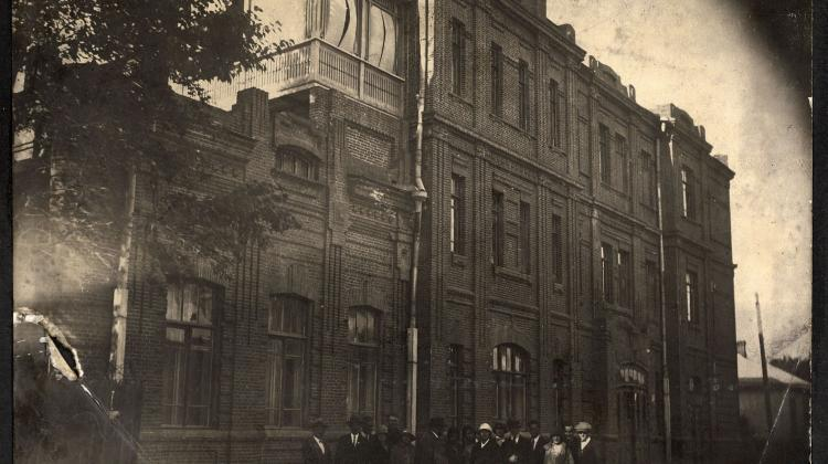 "Building of the Association ""Gospoda Polska"" at Głucha Street in Harbin. Built with the contributions of the Polish community as a company with shares in the years 1912-1914. It housed a theatre stage, a primary school, clubs and associations, and in the years 1920-1936 it housed the consulate of the Second Republic of Poland on the top floor. The picture from 1932 shows members of the Polish Youth Association."