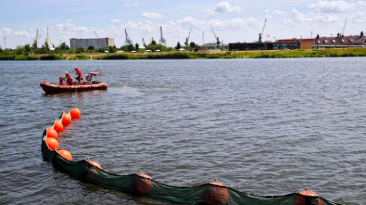 The demonstration of oil spill control with biodegradable absorbent technology took place at Wały Chrobrego in Szczecin. Photo: PAP/Marcin Bielecki 28.06.2018