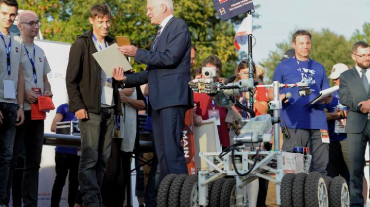 "Starachowice, 16.09.2018. Deputy Prime Minister, Minister of Science and Higher Education Jarosław Gowin (C) and the winning Impuls Team from Kielce University of Technology during the closing ceremony of the European Rover Challenge 2018 - international robotics competition, September 16 at the Museum of Nature and Technology ""Ecomuseum"" in Starachowice. PAP/Piotr Polak"