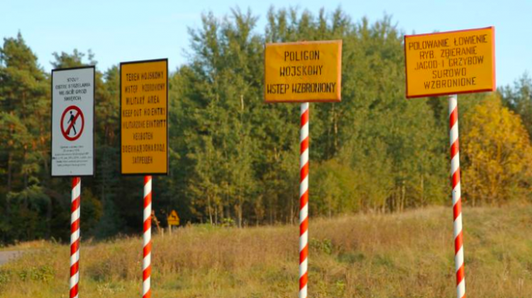 Orzysz, 02.10.2014. No entry signs at the training area. PAP/Tomasz Waszczuk (tw/mgut)