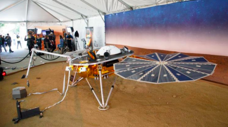 InSight lander model presented at NASA's Jet Propulsion Laboratory. Photo: EPA-EFE / EUGENE GARCIA November 26, 2018