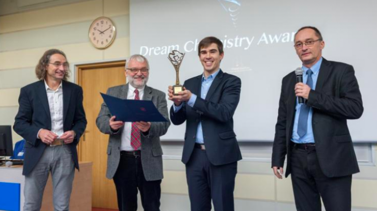 Dr. Eric Daniel Głowacki from Linköping University receives the Dream Chemistry Award 2018 for the project of catalytic production of clean energy from hydrogen peroxide. Source: the Institute of Physical Chemistry PAS, Grzegorz Krzyżewski