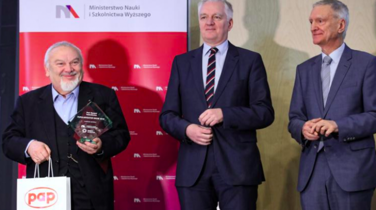 "Warsaw, 07.01.2019. Deputy Prime Minister, Minister of Science and Higher Education Jarosław Gowin (C), former Minister of Science Prof. Michał Kleiber (P) and laureate of the main award Prof. Ryszard Tadeusiewicz (L) during the ceremony. The awards ceremony of the 13th edition of the ""Popularizer of Science"" competition organized by PAP - Science in Poland and the Ministry of Science and Higher Education on Jan. 7th at the Copernicus Science Centre in Warsaw. PAP/Leszek Szymański"