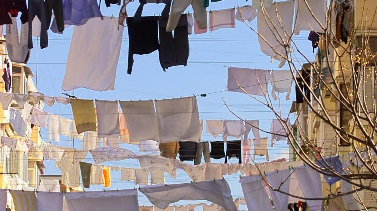 Seville, Spain, 27.12.2000. Laundry drying on ropes stretched between houses in Seville on December 27th. JT (PAP/EPA EMILIO MORENATTI)