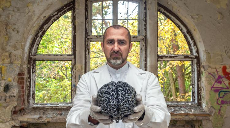 Despite many years of research, Alzheimer's disease remains incurable. The goal of the research group with the participation of doctoral student Dusan Mrdenovic from the Institute of Physical Chemistry PAS is to decipher the mechanisms leading to its development. The team leader, Dr. Piotr Pięta, poses for a photo in an abandoned psychiatric hospital. (Source: Institute of Physical Chemistry PAS, Grzegorz Krzyżewski)