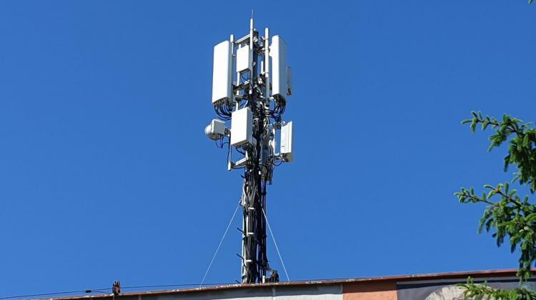5G antennas are smaller than 4G antennas. In the photo 5G antennas are lower. Credit: Andrzej Krawczyk