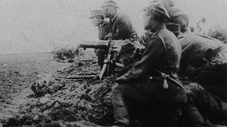 Soldiers with a Polish machine gun on the battlefield near Radzymin. Credit: PAP/Archive