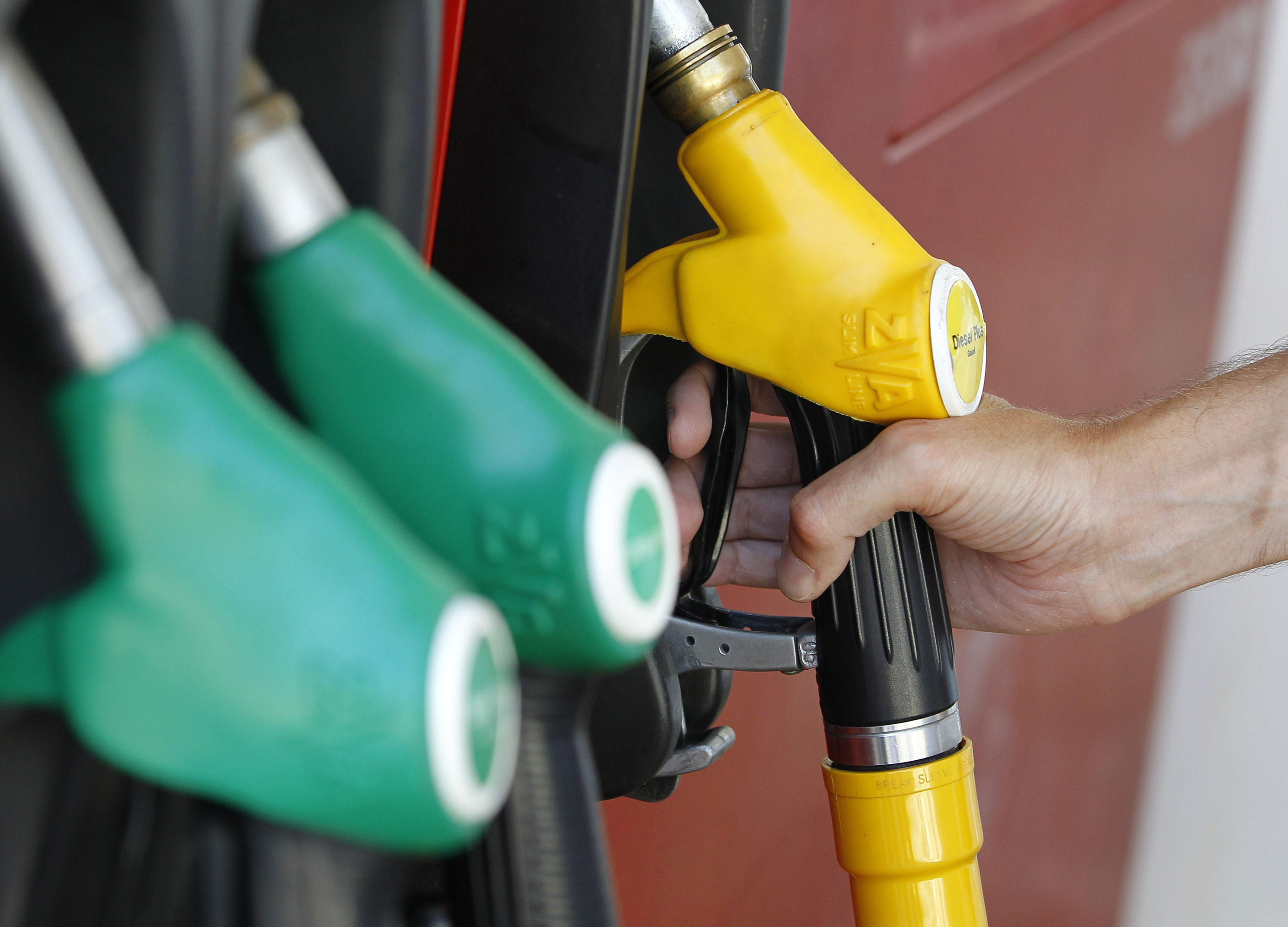 Gasoline and diesel oil prices in up to 6 cents of euro a liter for a three months period